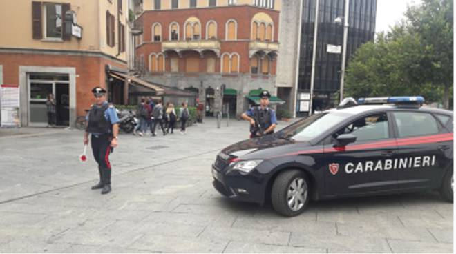 carabinieri piazza garibaldi cantù controlli con polizia locale e arresto per spaccio droga