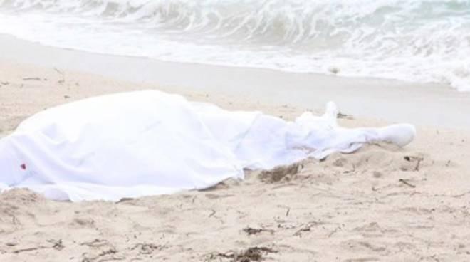 comasco muore in spiaggia in puglia a torre san giovanni
