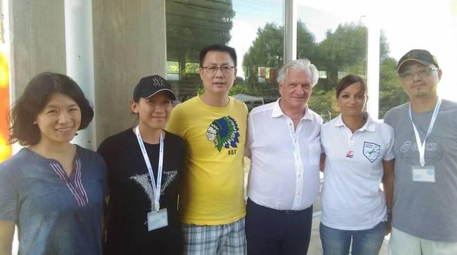 delegazione shangai si allena con la Comonuoto a muggiò foto di gruppo atleti e dirigenti