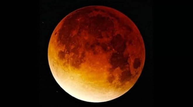 a8c3670a41 Stregati dalla luna rossa in una notte magica. Ecco dove sul Lago di Como -  Ciao Como