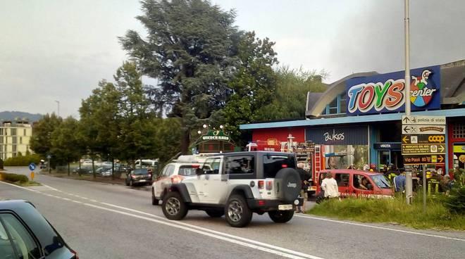 Grosso incendio in via Cecilio a Camerlata, negozio Toys