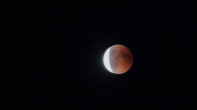 Il grande spettacolo della Luna Rossa nel cielo di Como