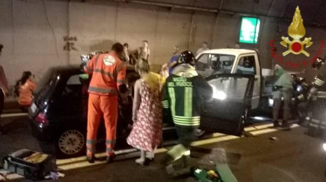incidente galleria nobiallo, schianto auto furgone con intervento pompieri