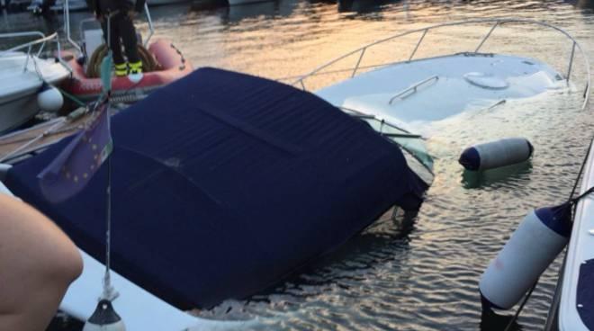 motoscafo affonda davanti alla diga foranea di como recupero pompieri