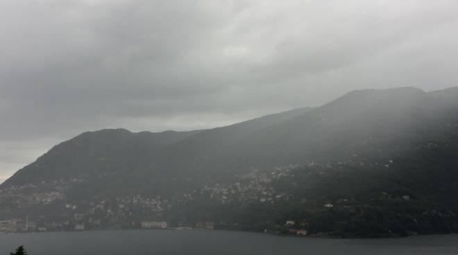 nuvole e maltempo su como questa mattina, grandinata ieri sera pompieri