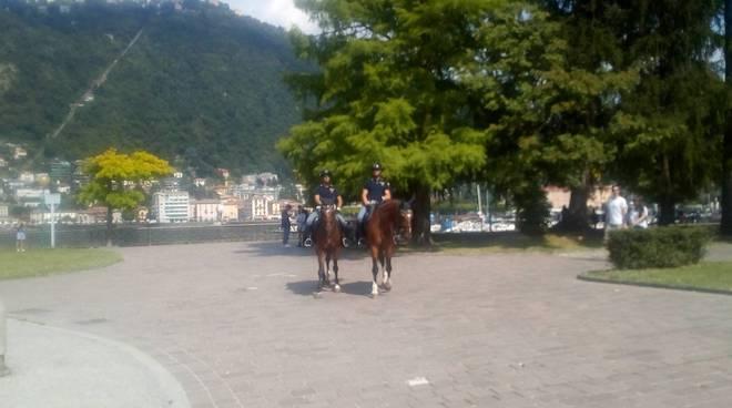 polizia a cavallo ai giardini a lago di como controlli
