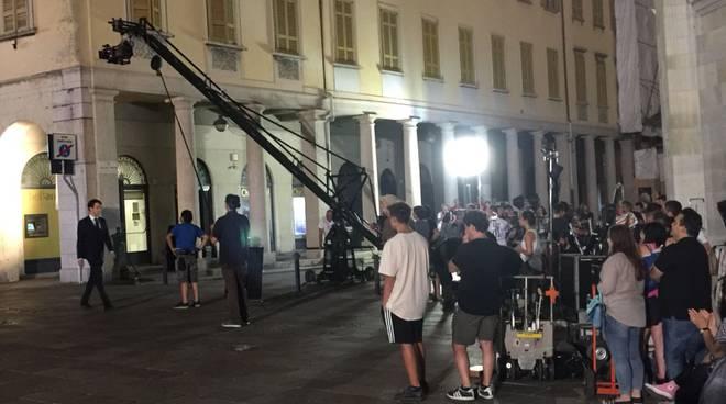 riprese film boldi e de sica davanti al sociale di Como questa sera