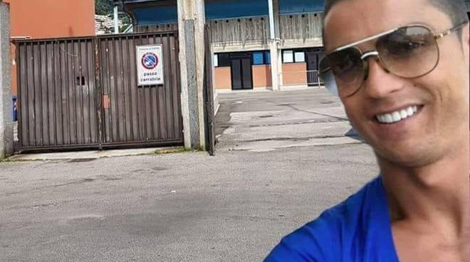 selfie di cristiano ronaldo stadio sinigaglia di como (fotomontaggio)