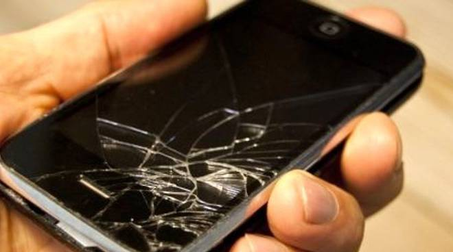 truffa del cellulare rotto scoperto dai carabinieri generico cellulare danneggiato