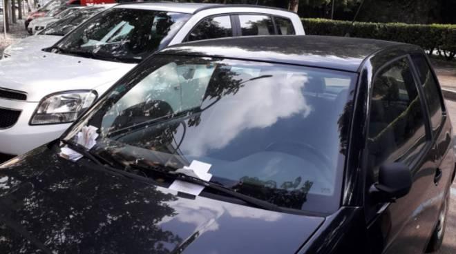 auto con tante multe per sosta vietata da giorni viale varese como
