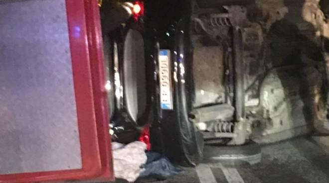 auto ribaltata via mameli cantù notte soccorso pompieri
