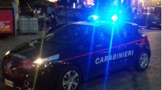 carabinieri controlli notturni con lampeggianti sera
