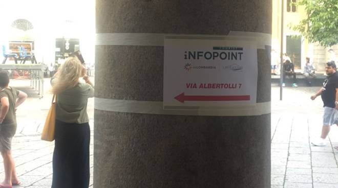 cartelli che indicano nuovo infopoint comune di como