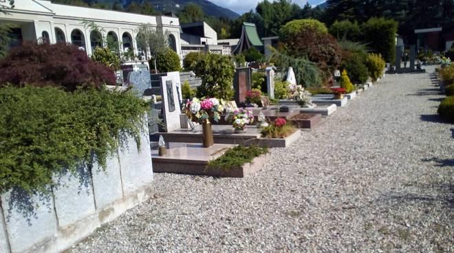 Cimitero di ERba pulito, quello di Camerlata con le erbacce......