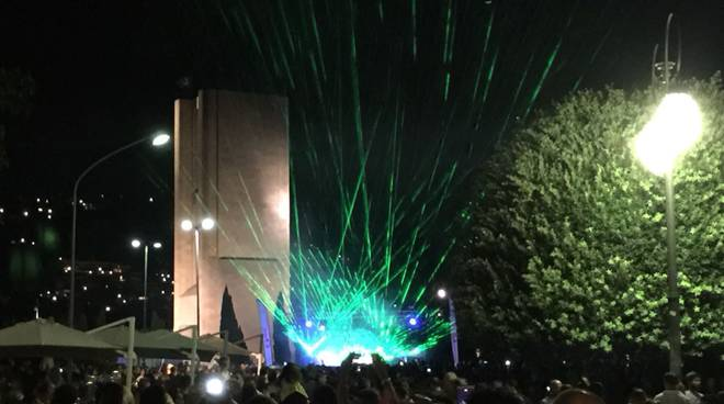 Como, laser show ai giardini a lago: musica e tanta gente