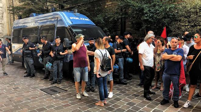 dipendenti casinò campione fuori dalla prefettura di como protesta