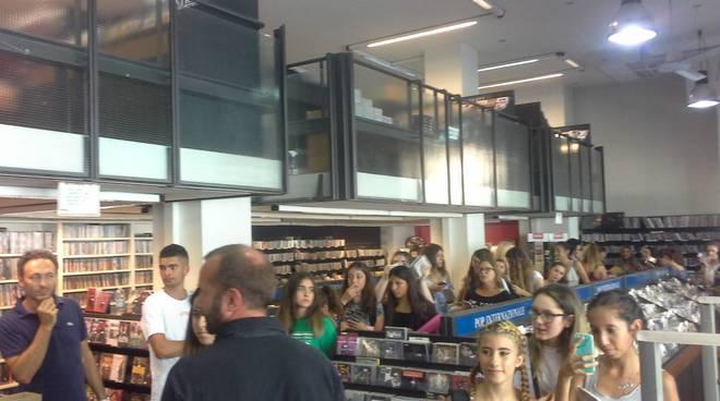 Emma muscat a como da frigerio dischi per presentare suo album incontro con fans