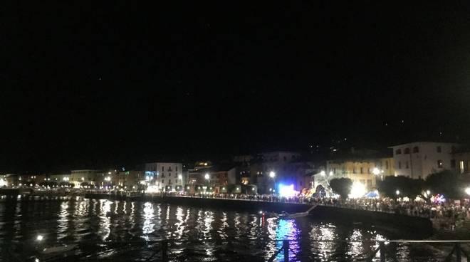 Fuochi e barche allegoriche sul lungolago di gravedona