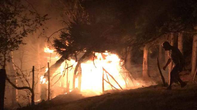incendio pineta a Vercana e box in fiamme a Villaguardia