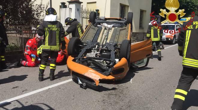 incidente como auto contro chiosco zona mercato ed olgiate auto ribaltata