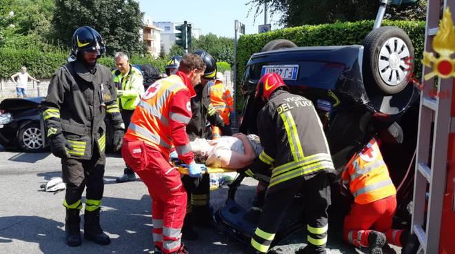 incidente mariano comense, scontro incrocio auto ribaltata