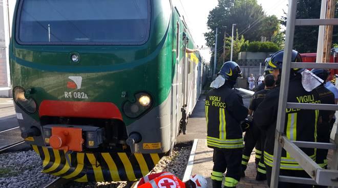 incidente stazione fino mornasco, pensionata sotto il treno soccorsi pompieri