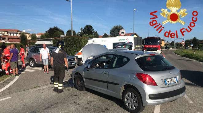 incidente tra due auto in via de gasperi a luisago pompieri