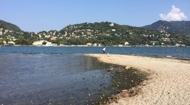 Lago sempre più basso al Tempio Voltiano e la spiaggia diventa più ampia