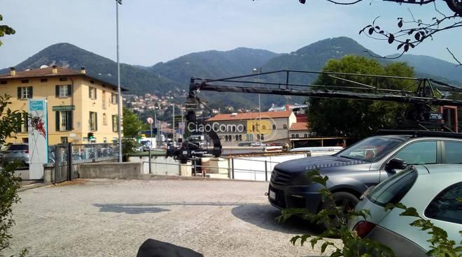 Le riprese del film di Netfix in via per Cernobbio: set ed auto