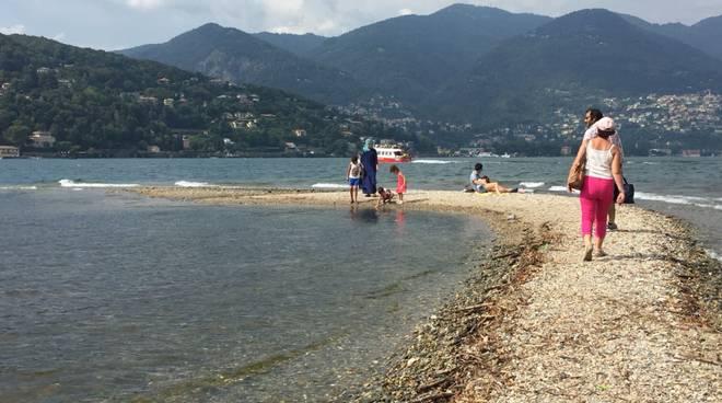livello del lago di como in calo in questi giorni, spiaggia dietro tempio voltiano