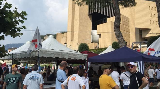 protesta fuori dal casinò di campione dopo fallimento ed assemblea in comune