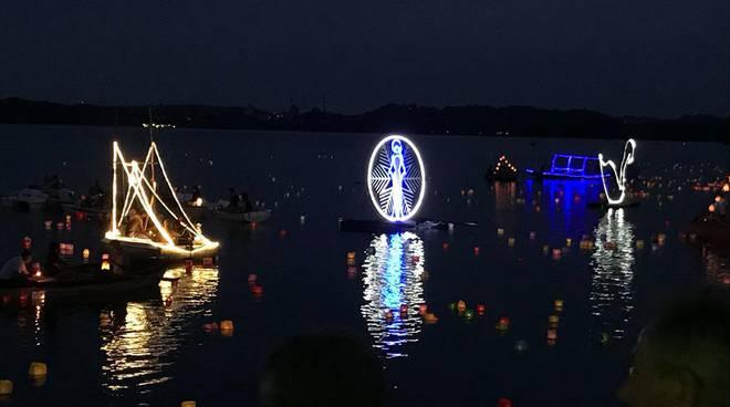 pusiano festa della madonna della neve 2018 centro e barche illuminate