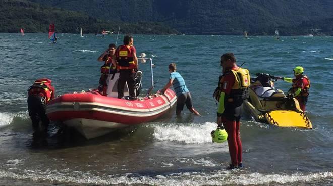 ragazze recuperate nel lago con tavole surf pompieri e 118 moto d'acqua