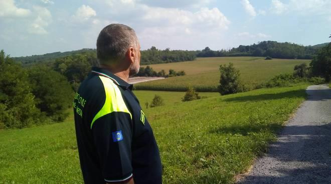 sindaco casnate Bulgheroni nei boschi per dare la caccia al felino