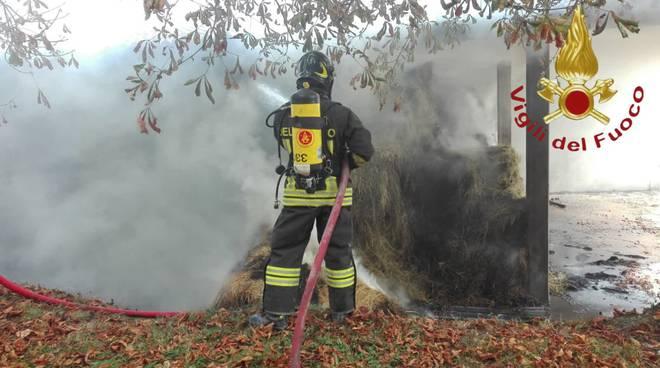 incendio fienile a carimate intervento dei pompieri