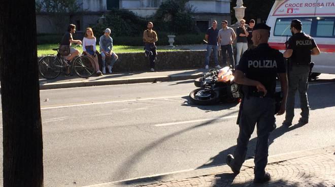 incidente lungolago di como moto a terra urto contro pedone ambulanza