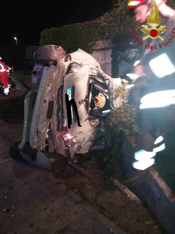 Incidente mortale nella notte a Guanzate: auto distrutta, tre morti