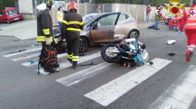 incidente via alzate a cantù auto e moto