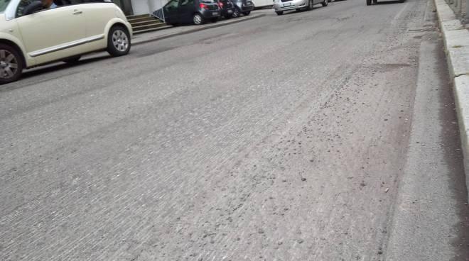 lavori fresatura di via borgovico a como e auto in coda