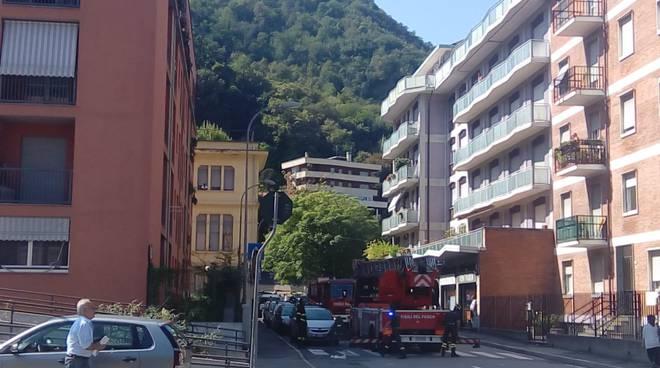 pompieri con autoscala soccorrono pensionato in via De Cristoforis como