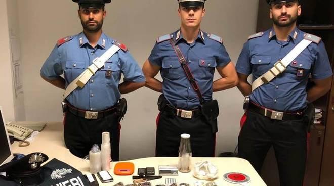 spaccio droga cantù, arresto due spacciatori carabinieri recupero dosi su tavolo
