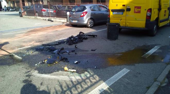 albese schianto tra auto, strada sporca detriti
