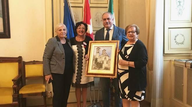 federcasalinghe donano quadro al sindaco di como landriscina per sant'abbondio