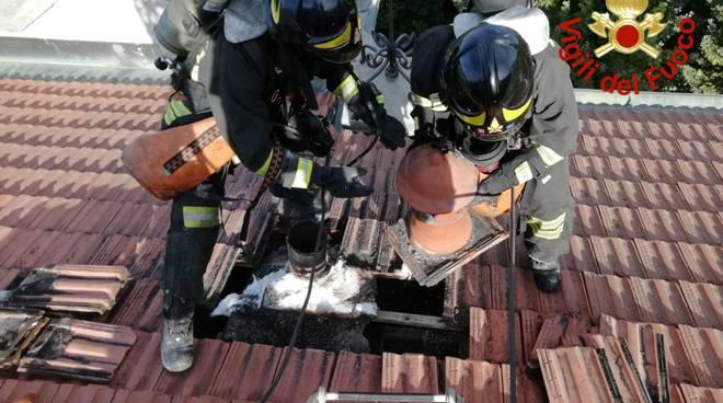 i pompieri sul tetto di una casa a blevio per incendio canna fumaria