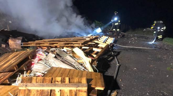 incendio alta valle intelvi notte, brucia materiale edile stoccato in via 4 novembre