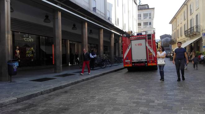 incendio coin como pompieri esterno per intervento sistemazione