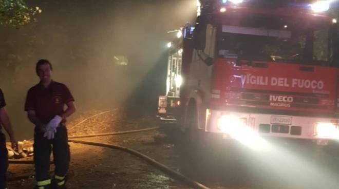 incendio notte boschi stazzona alto lago pompieri in azione