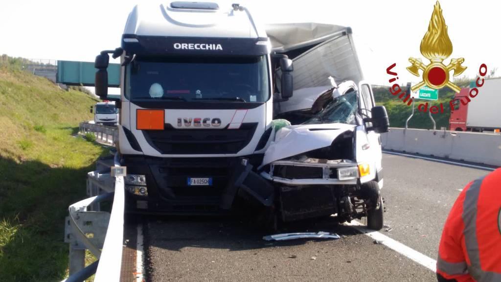 incidente bregnano su pedemontana scontro furgone e camion con bombole