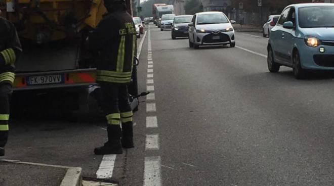 incidente cadorago, camion sporgo pozzi travolge pensionato in scooter