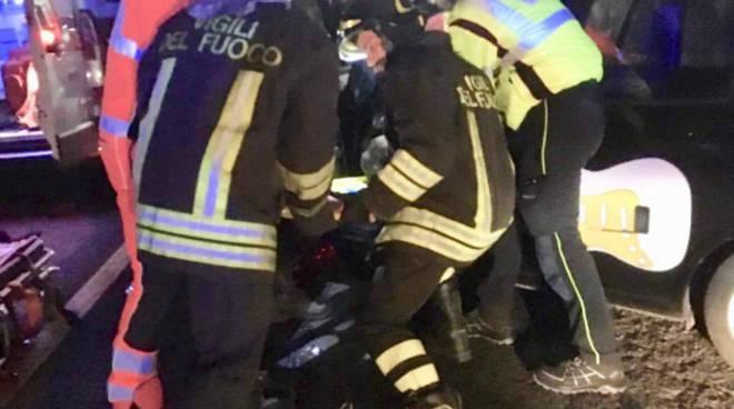incidente capiago auto contro il muro nella notte soccorso pompieri